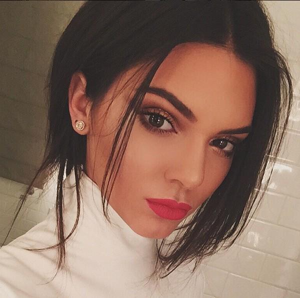 當你還在為instagram和facebook點讚數發愁時,來看看女星都如何經營吧!這位只發了一張照片就輕鬆贏了instagram紅人Kim Kardashian的,不是別人正是躥紅速度如同坐火箭的時尚人氣王Kendall Jenner。
